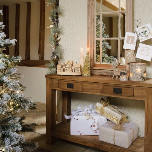 Elegant And Neutral Christmas Foyer: 10 Christmas Hallway Decorating Ideas